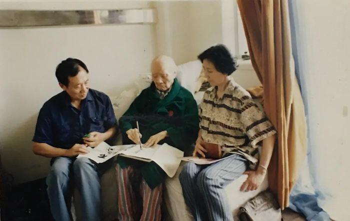 丁立人(左1)与刘海粟老师(中))