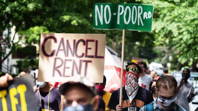 美媒民调:疫情之下近半数美国家庭面临财务问题