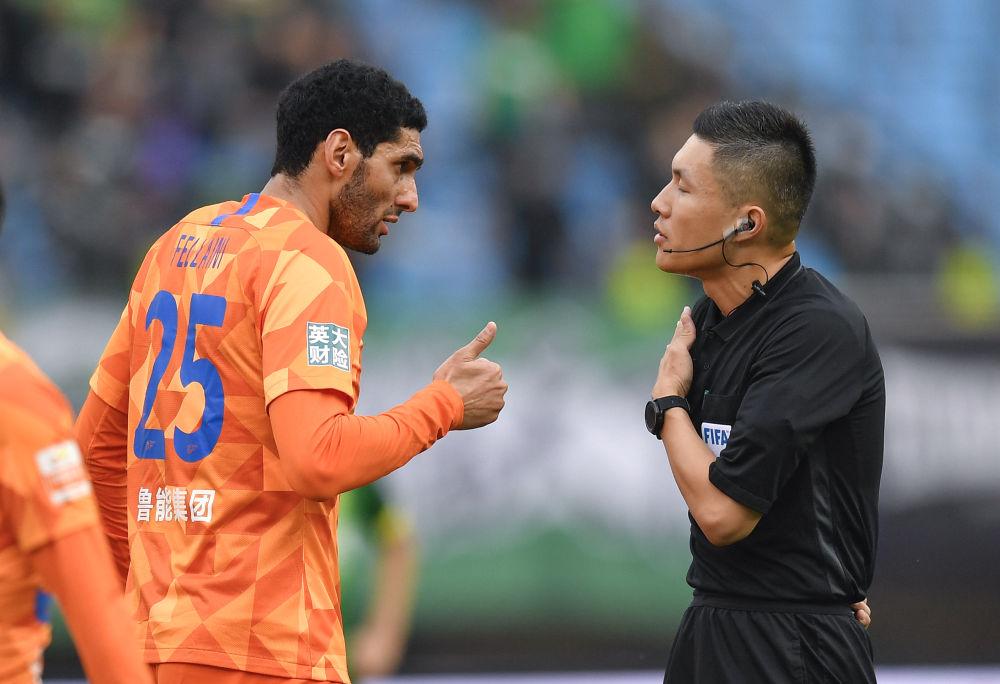 山东鲁能泰山队球员费莱尼(左)在比赛中与主裁判沈寅豪沟通。新华社记者许畅摄