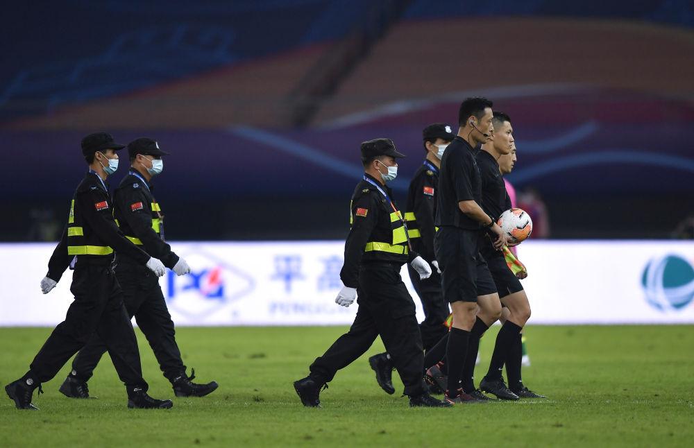 裁判员赛后离场。新华社记者许畅摄