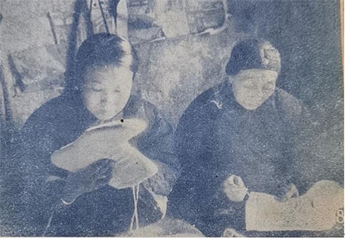 暗龙江齐齐哈尔市民妇女给在朝鲜冰天雪地中抨击敌人的自愿军部队做毡袜。《新中国妇女》,1951年2月第19期夹页。