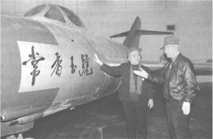 """常香玉于1952年捐献给中国人民自愿军的喷气式战斗机""""常香玉号"""",现藏于北京郊区的中国航空博物馆。图为1992年3月22平时香玉来到博物馆与以本身名字命名的战机相符影。"""