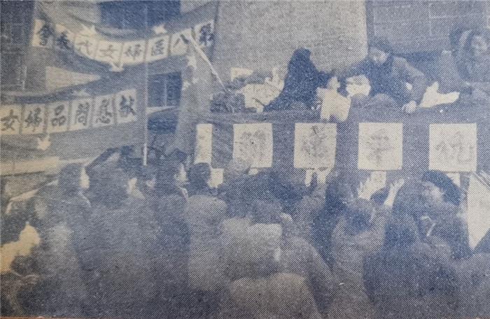 天津市妇女为自愿军送去满满几卡车的慰问袋。《新中国妇女》1951年2月第19期夹页。