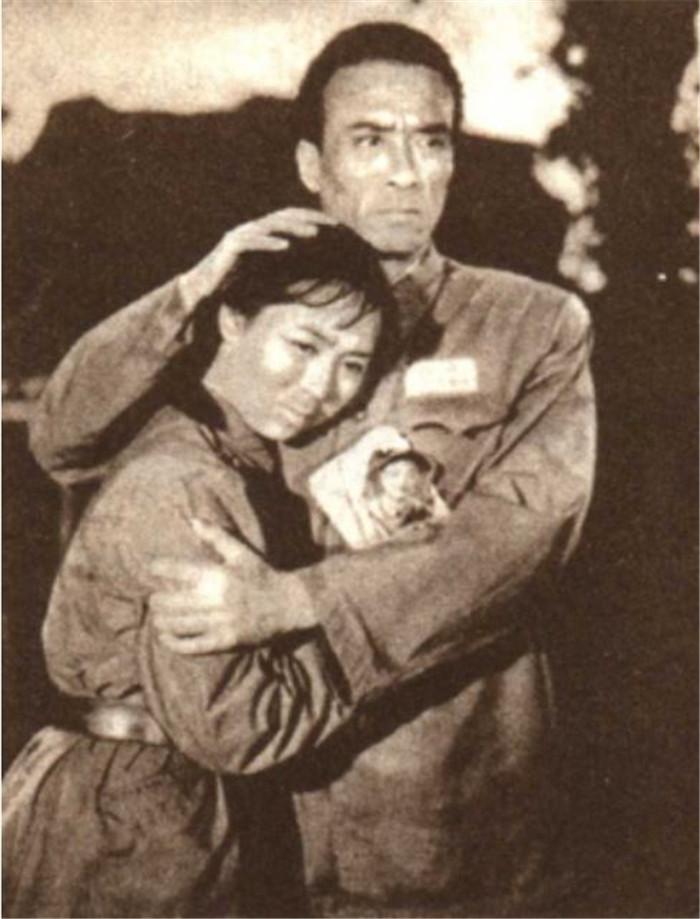 电影《铁汉儿女》(1964,长春电影制片厂摄制)剧照,该片讴歌了抗美援朝时期自愿军的喜欢国主义精神。文工团员王芳承担了宣传铁汉唱铁汉的义务,随文工团在阵地上演唱时,遭敌人进攻,为袒护炊事员而负伤。