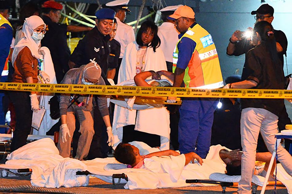 2017年1月30日,马来西亚哥打基纳巴卢,救援人员在岸边照料受伤乘客。 视觉中国 资料图