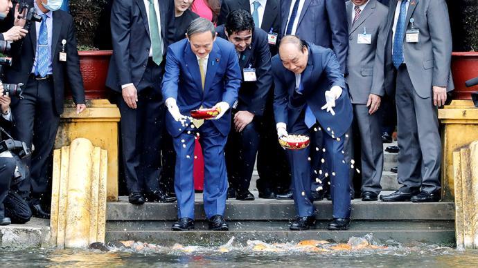 早安·世界|日本首相菅义伟访越南,同阮春福体验喂鱼