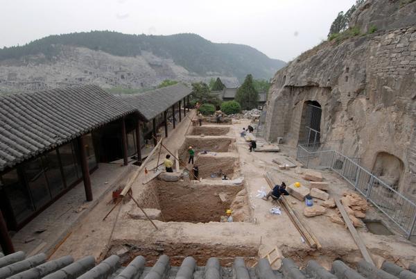 擂鼓台三洞窟前遗址的考古挖掘