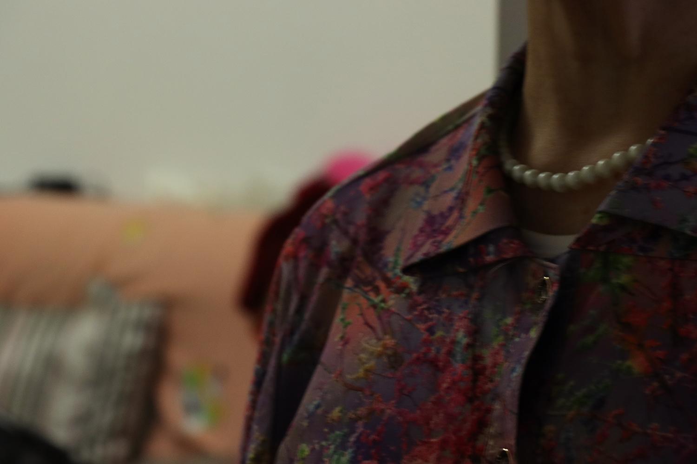 紫色花枝衬衣的领部。