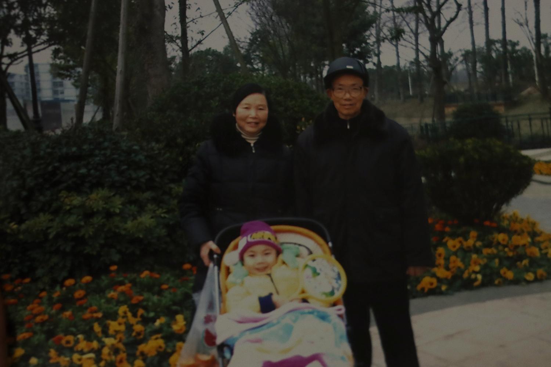 奶奶、堂弟、爷爷。姑妈摄于重庆向阳家属院,2011年