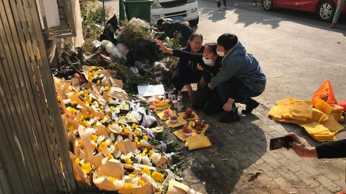 大连10岁女童遇害一周年忌日,家人前往事发现场悼念