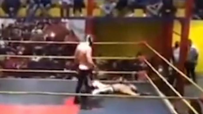 墨西哥26岁摔角手被对手猛击胸部倒地,送医后抢救无效死亡