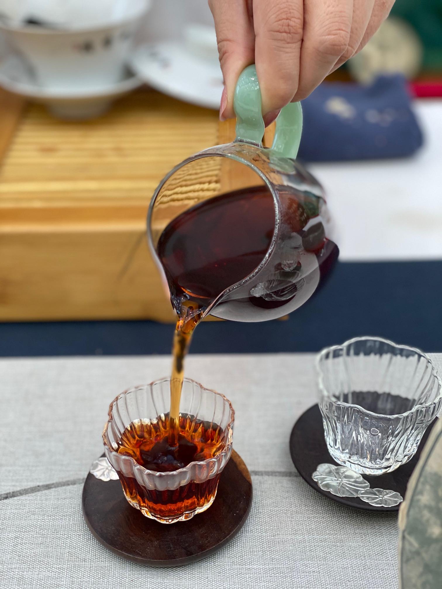 五爷熟普洱茶汤呈深褐色。 澎湃新闻记者 俞凯 图