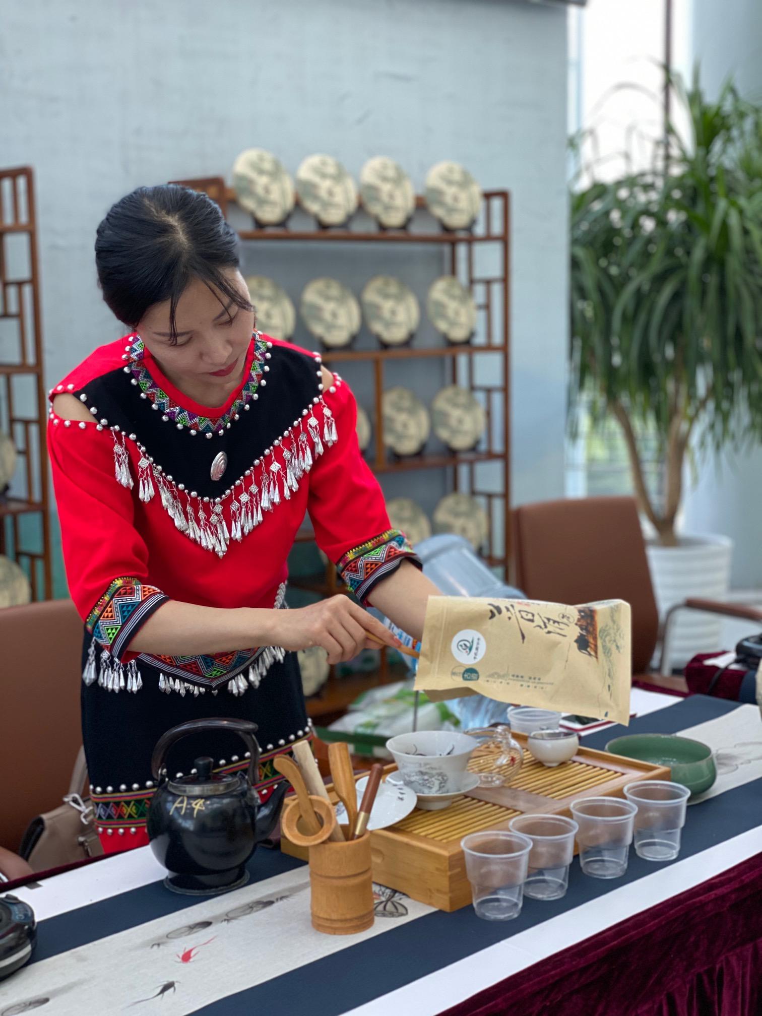 云南展示人员在介绍普洱茶的冲泡流程。 澎湃新闻记者 俞凯 图