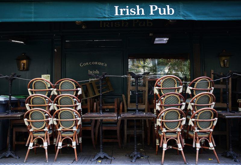 10月14日,法国巴黎街头一家酒吧关门停业。
