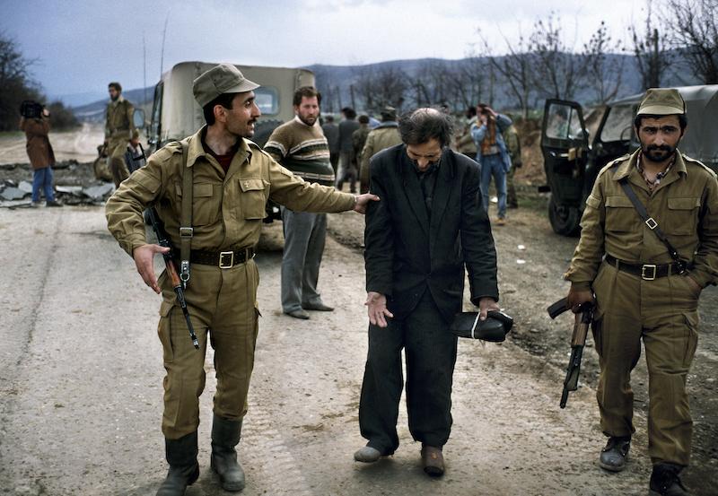 1992年3月,阿塞拜疆士兵在霍贾利和阿格达姆之间的道路上引导一名阿塞拜疆人质返回家园。