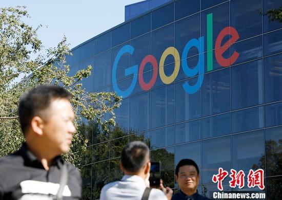 资料图:游客在位于北加州山景城的谷歌总部拍照留念。中新社记者 刘关关 摄