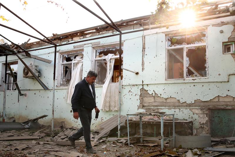 2020年10月13日,阿塞拜疆阿格达姆地区受到炮火冲击,居民住宅被毁,生活深受影响。