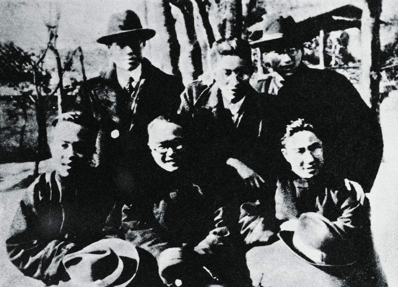 郑振铎(后排中)与开明书店朋友,前排左起:胡愈之、王伯祥、周予同
