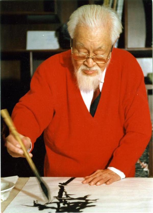 """1995年5月24日,朱屺瞻在朱屺瞻艺术馆""""梅花草堂""""作《竹石图》"""