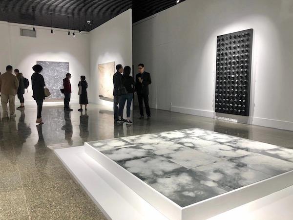 """""""升墨""""展览现场,图为梁绍基作品《星转人移 自然系列 》丝、镜 240×240cm 2017"""