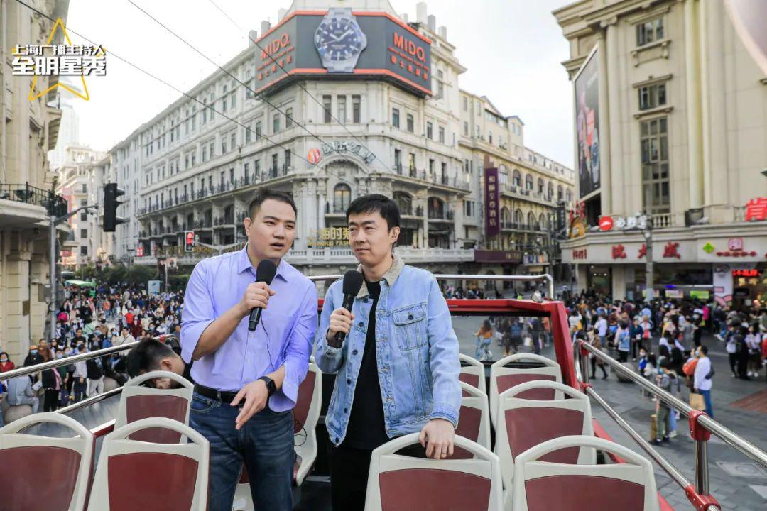上海新闻广播主持人宇皓(左)、陈凯,带领听众从南京路步行街一路驶向外滩