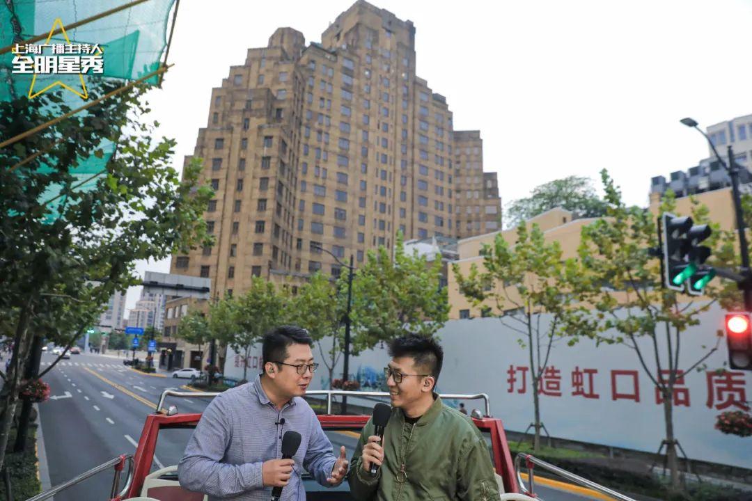 长三角之声主持人晨光(左)、第一财经广播主持人秦川,带听众行走北外滩