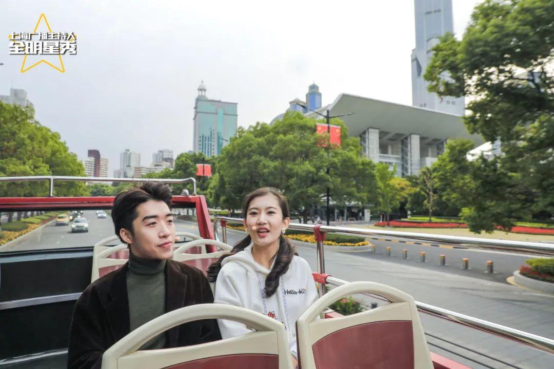 """2020明日之星选手谢定啸(左)、季欣洁,带网友""""慢直播""""游上海"""