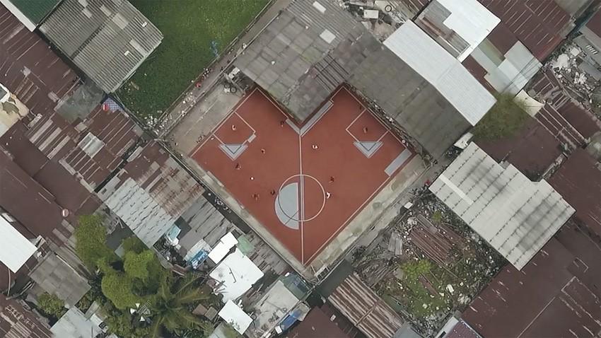 贫民区中的不规则足球场。图片来源:https://www.cjworx.com/idea-behind-unusual-football-field/