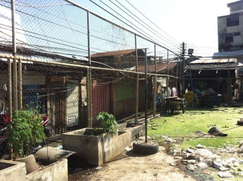 第一个不规则足球场构筑前的社区空间。图片来源:https://www.cjworx.com/idea-behind-unusual-football-field/