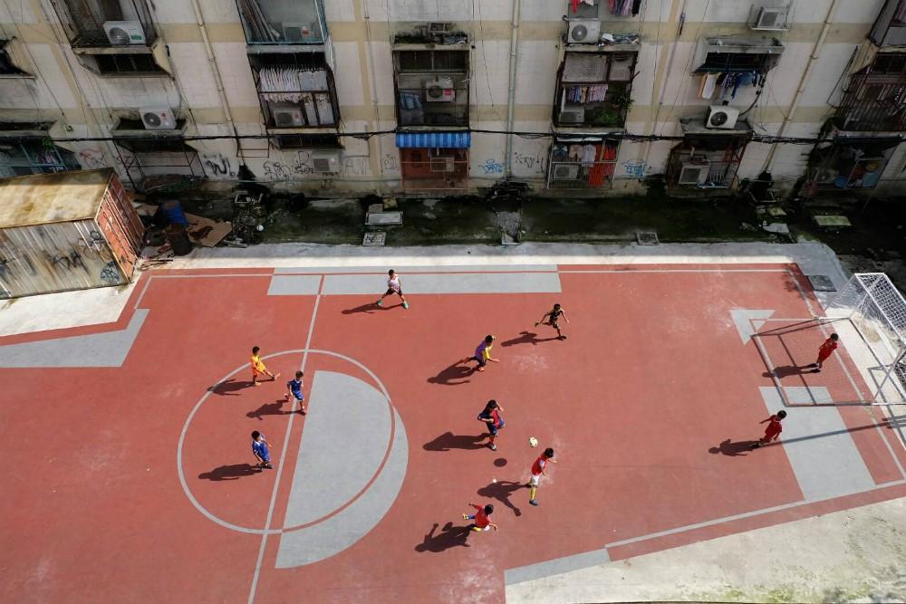 贫民区少年和不规则足球场。图片来源:泰国Khaosod英语报,2016年10月9日