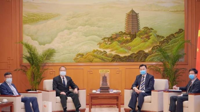 谢锋特派员会见香港中华总商会会长、新华集团主席蔡冠深