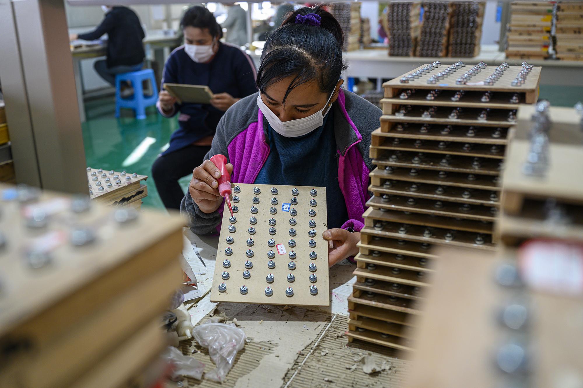 2020年10月20日,新疆克州阿图什市阿湖乡,一位女工在车间里工作。本文图片均为澎湃新闻记者 孙湛 图