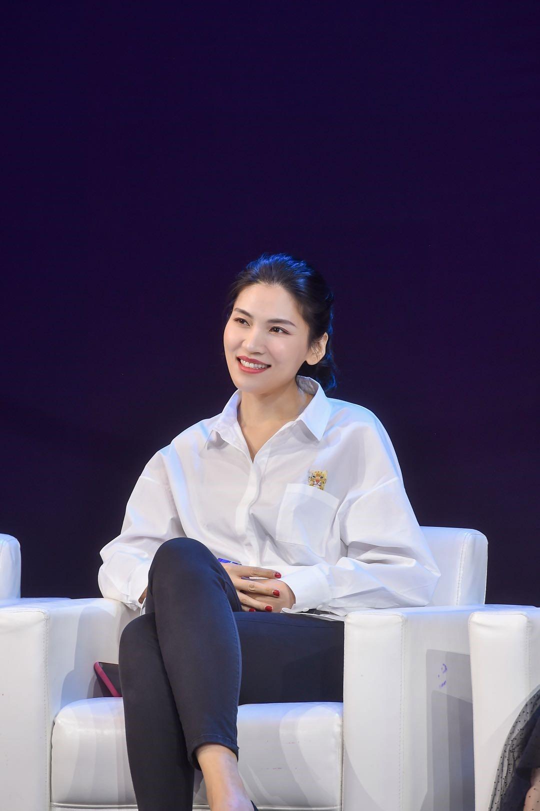 李潇,80后青年编剧,2004年卒业于中央戏剧学院,之后从事做事编剧做事,代外作品《搭错车》《麻辣婆媳》《杨柳青》《大外子》《益老师》等。