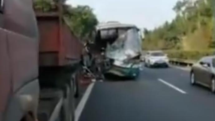銀昆高速大客車與貨車相撞致1死4重傷,9人輕傷19人留觀