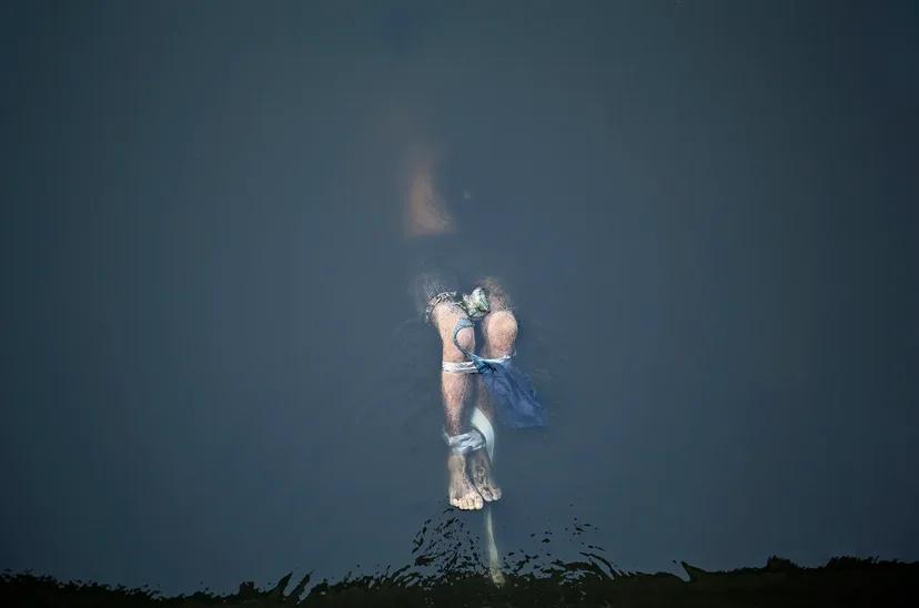 """一等奖:林泽·贝岭摄影作品""""葬礼正义""""。"""