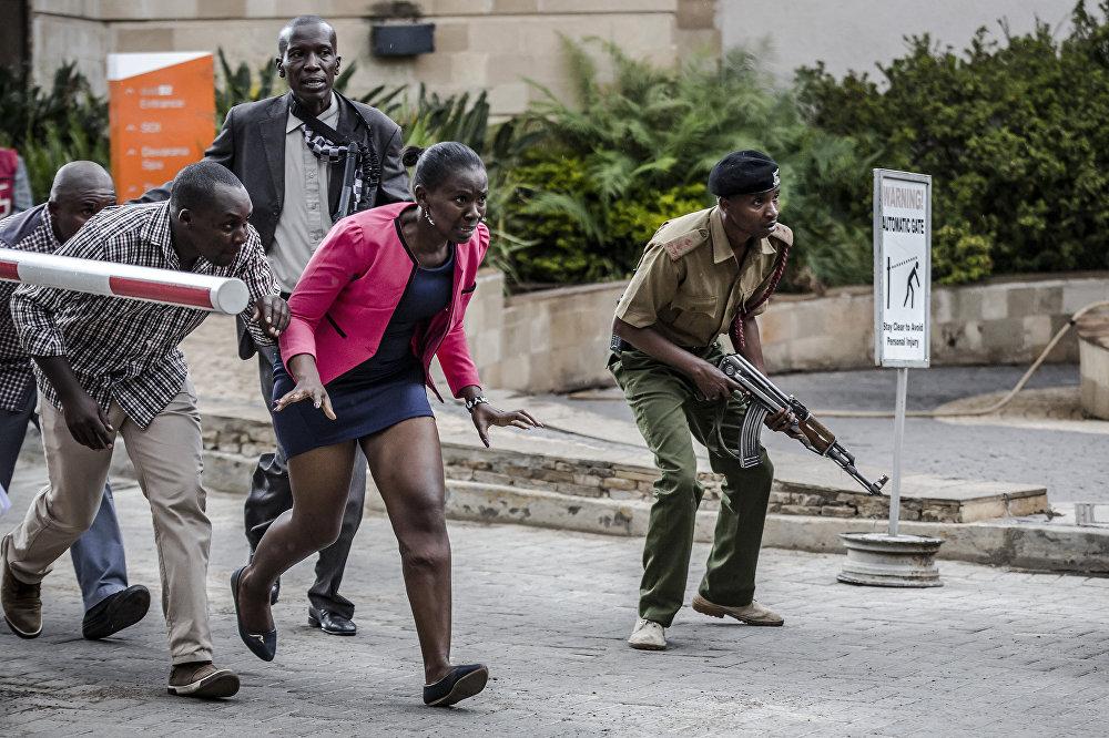 """2019年1月15日,肯尼亚内罗毕都喜酒店(DusitD2),人们在被救出后躲藏起来,索马里极端组织""""索马里青年党""""承认发起了该袭击。"""