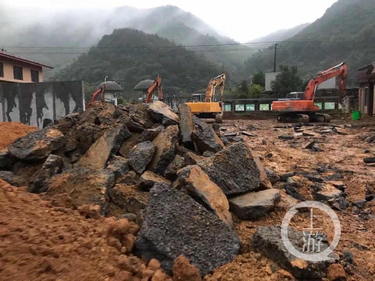 2018年11月16日,王坛镇政府正在对道路进行拆除。图片来源/受访者供图