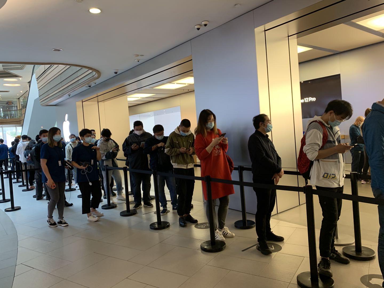 苹果南京东路店外排队取货的人群