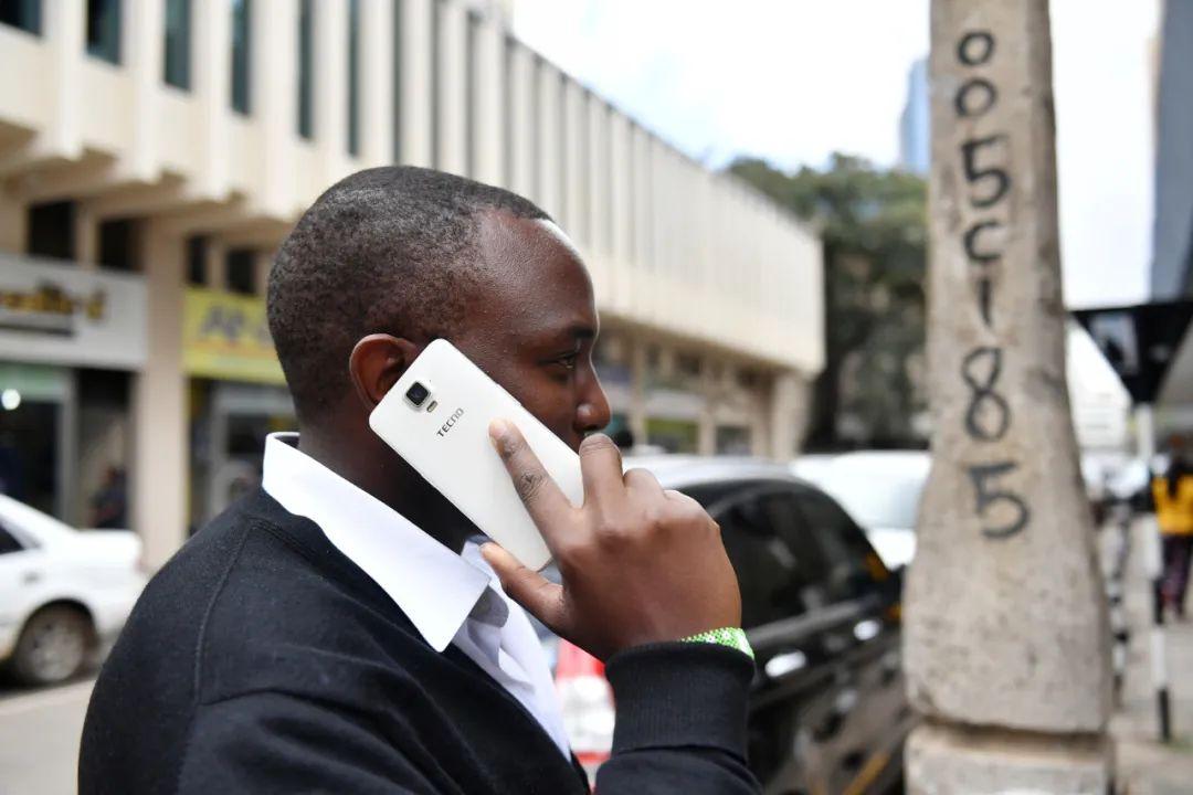 2017年5月9日,在肯尼亚首都内罗毕市中心,一名当地男子使用传音手机打电话。新华社记者孙瑞博摄