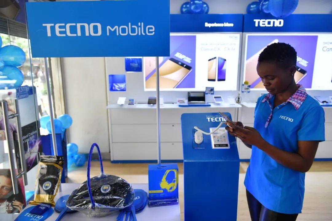 2017年5月9日,在肯尼亚首都内罗毕市中心一家手机店,销售人员等候顾客。新华社记者孙瑞博摄