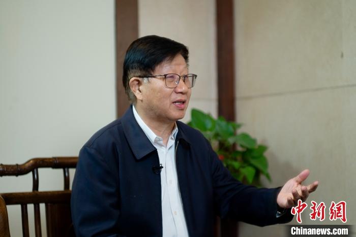 """原中央党校副校长李君如接受中新社""""中国焦点面对面""""专访。中新社记者 盛佳鹏 摄"""