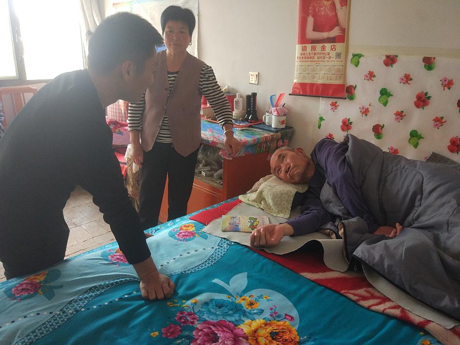 陈郝杰走访长期瘫痪在床的贫困户贾琼