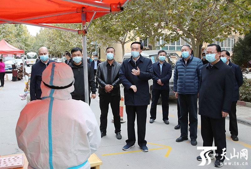 10月25日,自治区党委书记陈全国到喀什地区调研疫情防控工作。这是陈全国在喀什市一处居民免费核酸检测点同医务人员亲切交谈,向奋战在疫情防控一线的医护人员和社区工作者表示衷心感谢和亲切慰问。全媒体记者 崔志坚 摄
