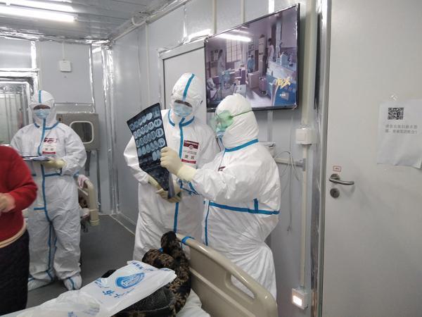 樊民在雷神山医院隔离病房。