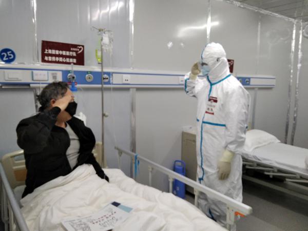 79岁患者金先生在出院前向樊民敬了一个军礼。