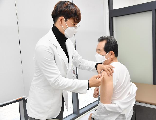 韩国总理丁世均21日带头接种流感疫苗