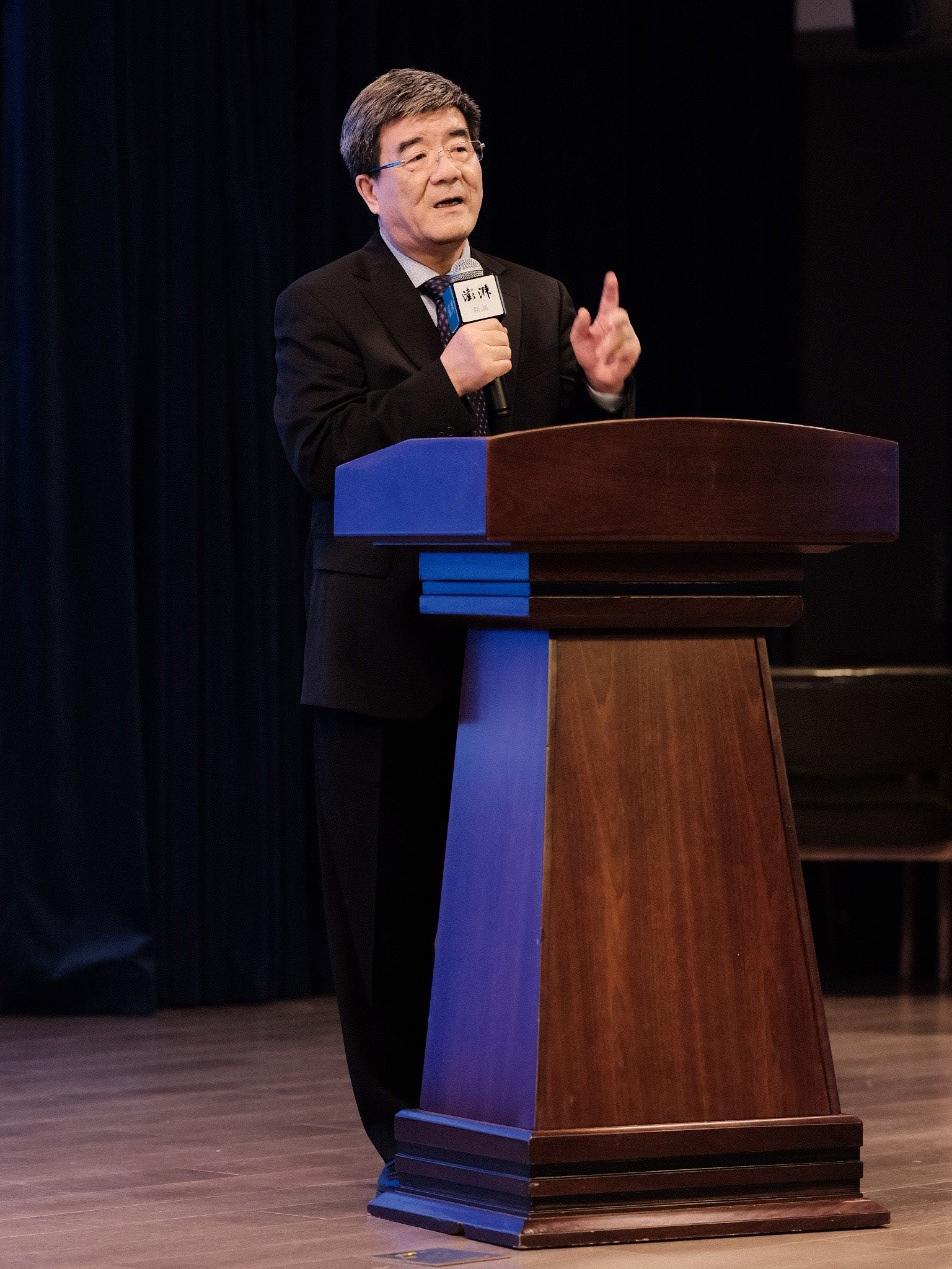"""2020年10月16日,北京大学汇丰商学院院长、经济学教授海闻在""""再学习 再改革 再开放——浦东与深圳联动创新研讨会""""上发表主题演讲。 澎湃新闻记者 周平浪 图"""