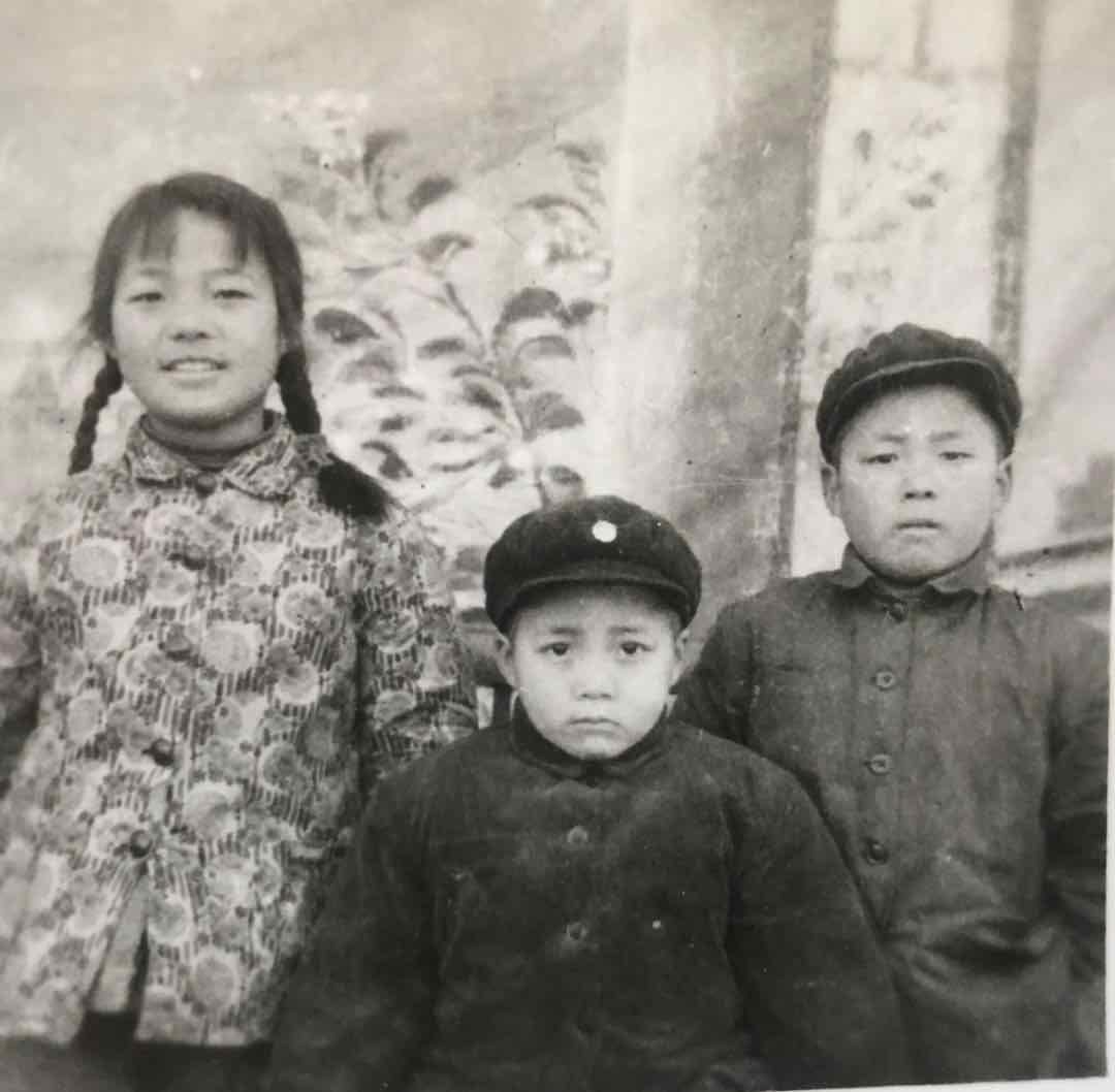 女亲(中)与哥哥姐姐。那是女亲童年留下的惟一一弛照片。