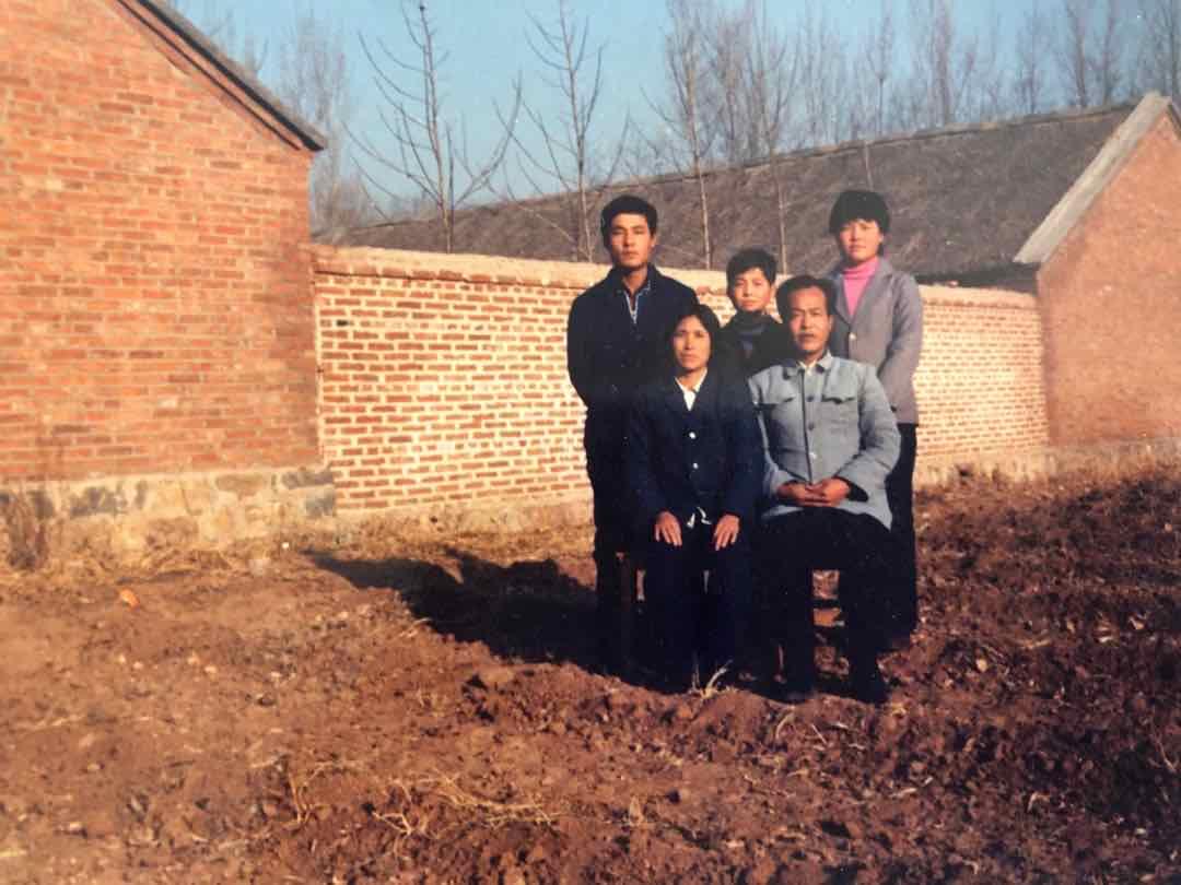 1992年秋,摄于敦化县宁靖岭村。哪里距离敦化县乡没有到3私里,祖女一野着终邪在哪里安了野。