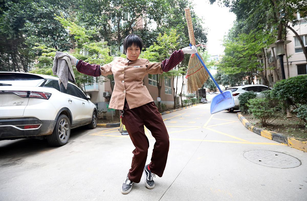 10月20日上午,西安市长安区摩登小镇小区,杨晓菊在小区里跟着手机音乐熟练地跳了起来。跳舞的时候,她很专注、很快乐。10月15日,西安保洁员杨晓菊跳霹雳舞的视频在网络上广为传播,柔软的舞姿惊艳网友。截至21日上午,杨晓菊已有粉丝8.7万,获赞92.8万。110月26日是第26届环卫工人节,他们冬顶严寒、夏冒酷暑,年复一年、日复一日地呵护了万千马路。减影/IC 图